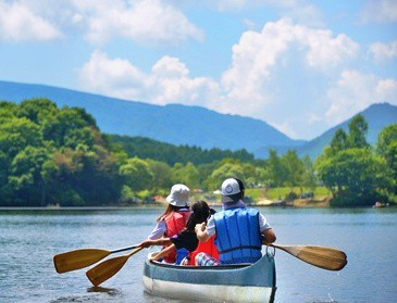 Family canoeing cropped